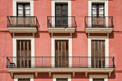 Facciata tipica della costruzione con i balconi a Tarragona, Spagna fotografie stock