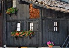 Facciata tipica delle case di legno nella città in Valle di Aosta, Italia delle alpi Fotografie Stock Libere da Diritti