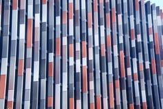 Facciata variopinta della costruzione moderna con le finestre immagine stock libera da diritti