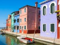 Facciata variopinta delle case nella città di Burano, vicino a Venezia fotografia stock