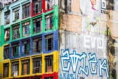 Facciata variopinta di costruzione invecchiata occupata Fotografia Stock Libera da Diritti