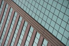 Facciata verde e marrone ad angolo del grattacielo Fotografie Stock Libere da Diritti