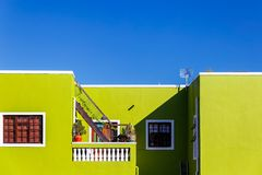 Facciata verde variopinta di vecchia casa nell'area della BO Kaap, Cape Town fotografia stock libera da diritti