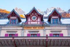 Facciata vibrante di colore della stazione ferroviaria di Chamonix-Mont-Blanc e Fotografia Stock Libera da Diritti