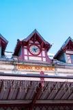Facciata vibrante di colore della stazione ferroviaria e del cielo blu di Chamonix-Mont-Blanc Fotografia Stock