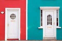 Facciate colorate luminose con due porte di entrata bianche Fotografia Stock Libera da Diritti