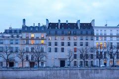Facciate delle costruzioni di appartamento sul Saint Louis di Ile, Parigi fotografia stock