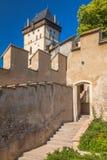 Facciate di pietra del castello reale di Karlstejn, situate vicino di Praga fotografia stock libera da diritti