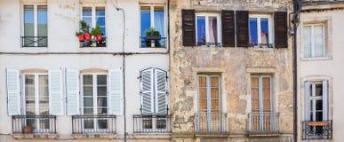 Facciate di vecchie costruzioni in una città europea provinciale Fotografie Stock Libere da Diritti