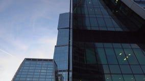 Facciate di vetro del primo piano dei grattacieli Architettura moderna, progettazione futuristica archivi video