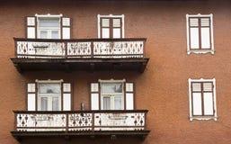 Facciate e balconi, dAmpezzo della cortina, Italia Fotografia Stock Libera da Diritti