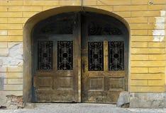 Facciate e vecchia porta a Sibiu Romania Fotografie Stock Libere da Diritti