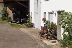 facciate rurali della casa della campagna con la decorazione del giardino Fotografie Stock Libere da Diritti