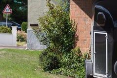facciate rurali della casa della campagna con la decorazione del giardino Immagine Stock Libera da Diritti
