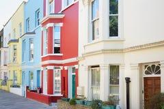 Facciate variopinte tipiche delle case a Londra Immagini Stock