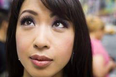 Face asiática encantadora na multidão fotografia de stock