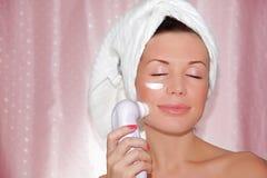 Face bonita da limpeza da mulher Imagens de Stock Royalty Free