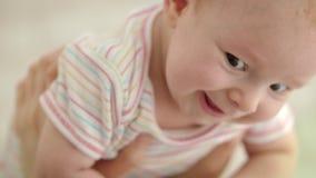 Face bonito do bebê Feche acima da emoção engraçada do bebê Retrato da cara feliz da criança filme