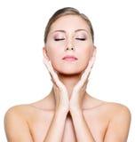 Face com olhos fechados de uma mulher bonita Foto de Stock Royalty Free
