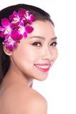 Face da beleza da mulher nova com flor Fotografia de Stock