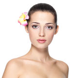 Face da beleza da mulher nova com flor Conceito do tratamento da beleza Imagem de Stock Royalty Free