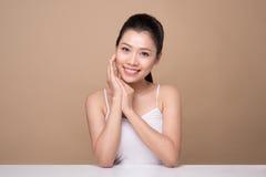 Face da beleza Tratamento facial Mulher asiática nova com perf limpo imagem de stock