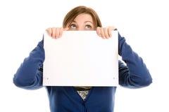 Face da coberta da menina com o cartão de nota em branco Fotos de Stock Royalty Free