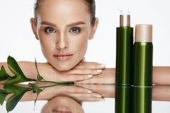 Face da mulher da beleza Fêmea bonita com cosméticos naturais fotografia de stock royalty free