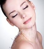 A face da mulher com água deixa cair na face Imagens de Stock