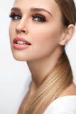 Face da mulher da beleza Fêmea bonita com composição, pestanas longas fotos de stock royalty free