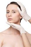 Face da mulher da saúde do toque e do exame do Beautician. fotos de stock