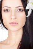 Face da mulher do close up com o lírio no cabelo Fotos de Stock