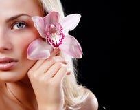 Face da mulher e da orquídea foto de stock