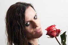 A face da mulher molhada e de uma rosa Imagens de Stock