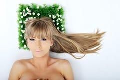Face da mulher na grama Imagem de Stock Royalty Free