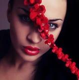 Face da mulher nova com bordos vermelhos e a correia transversal Foto de Stock