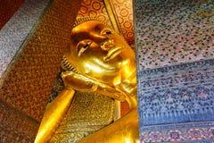 Face de reclinação da estátua do ouro de Buddha Fotografia de Stock