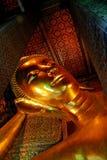 Face de reclinação da estátua do ouro de Buddha Foto de Stock