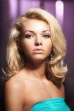 Face de uma mulher nova bonita Retrato de moderno elegante Imagens de Stock Royalty Free