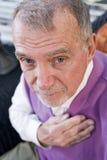 Face do homem idoso sério que olha fixamente na câmera imagem de stock royalty free