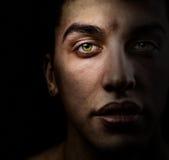 Face do homem na obscuridade com os olhos verdes bonitos Fotos de Stock Royalty Free