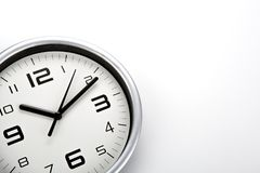 Face do relógio branca com dígitos pretos em um close up branco do fundo fotos de stock
