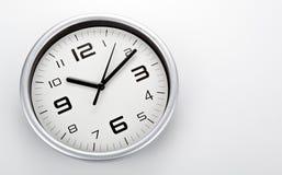 Face do relógio branca com dígitos pretos em um close up branco do fundo foto de stock royalty free