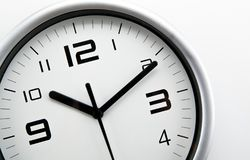 Face do relógio branca com dígitos pretos em um close up branco do fundo imagem de stock
