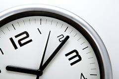 Face do relógio branca com dígitos pretos em um close up branco do fundo imagens de stock royalty free
