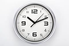 Face do relógio branca com dígitos pretos em um close up cinzento do fundo imagens de stock royalty free