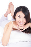 Face do sorriso da mulher ao encontrar-se na cama Imagens de Stock