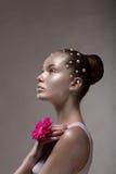 Le corps en bronze Art. Profile de Brown a bronzé le visage de la femme. Portrait futuriste créatif photos libres de droits