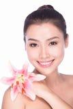 Face fêmea asiática da beleza atrativa com flor Fotografia de Stock Royalty Free