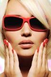 Face fêmea em óculos de sol do vermelho da forma Fotografia de Stock Royalty Free